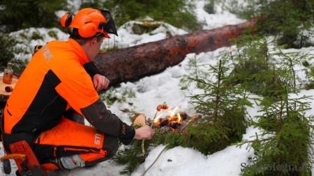 Henkka lämmittää lounasta töiden ollessa paria puuta vaille valmiina