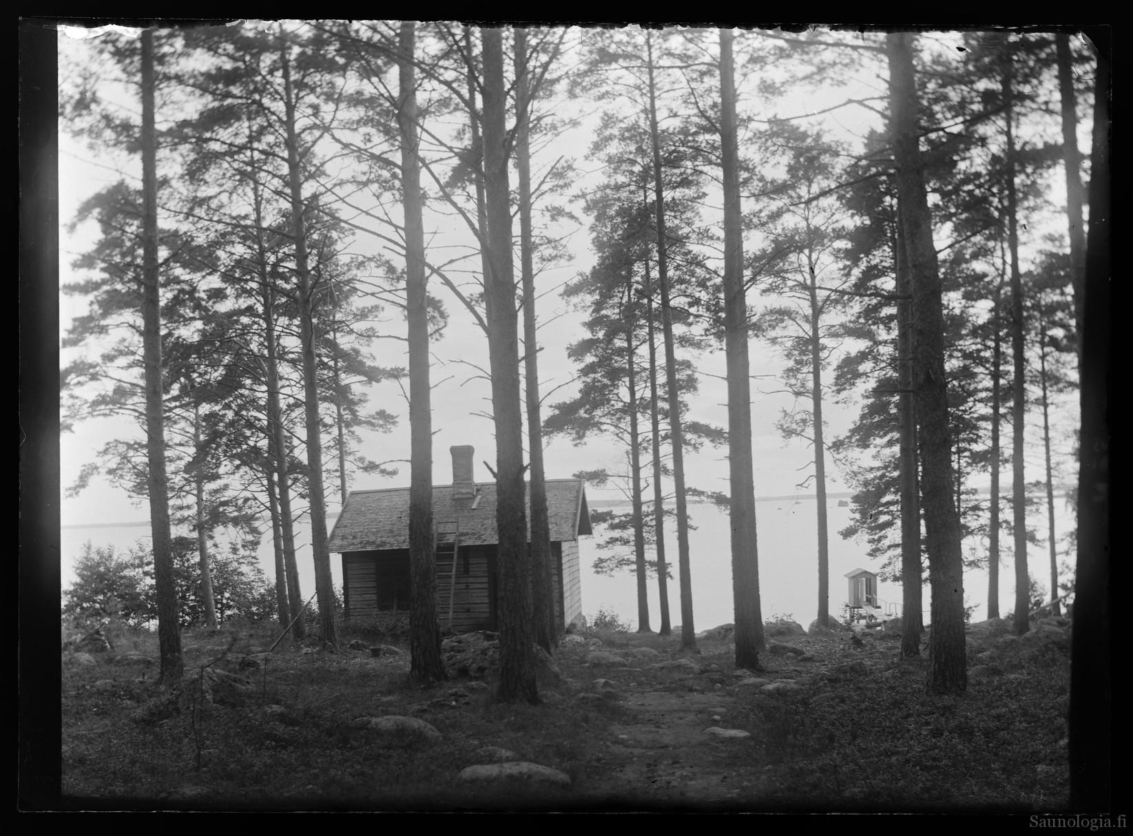 Hugo Simbergin valokuva rantasaunasta vuodelta 1896. Kuva: Kansallisgalleria. Käytetty CC v.4 BY lisenssin mukaisesti.