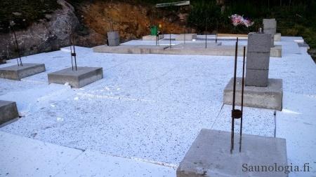 Routaeristeistä on kasattu anturoiden ympärille yhtenäinen, lievästi kallistettu peitto. Eristevahvuus 100mm, materiaali vaihteleva