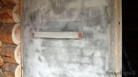 Tasoitettu muuri pukuhuoneen puolella