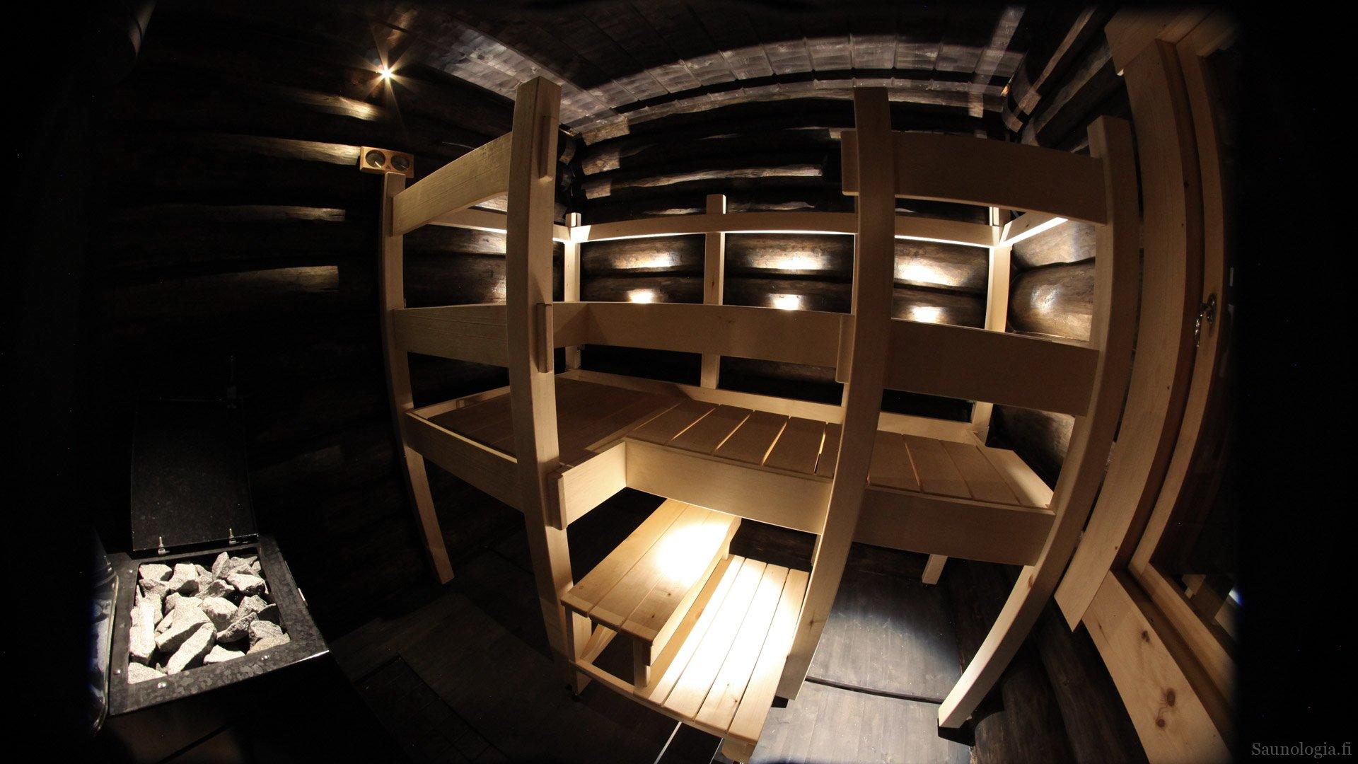 Suvikallion saunan laudevalaistus on pistemäinen LED valo