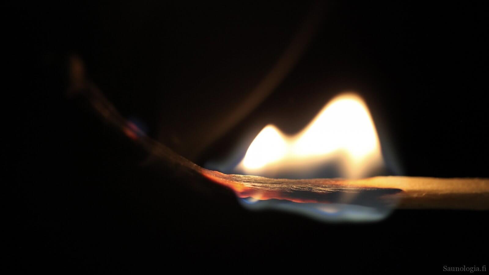 Tulitikku kaasuuntuu ja hiillostuu