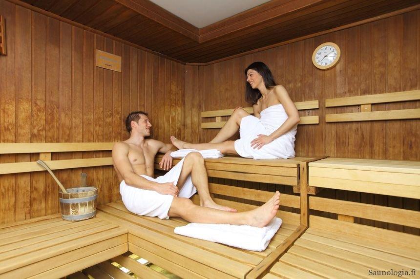 Saksalainen pariskunta saunomassa