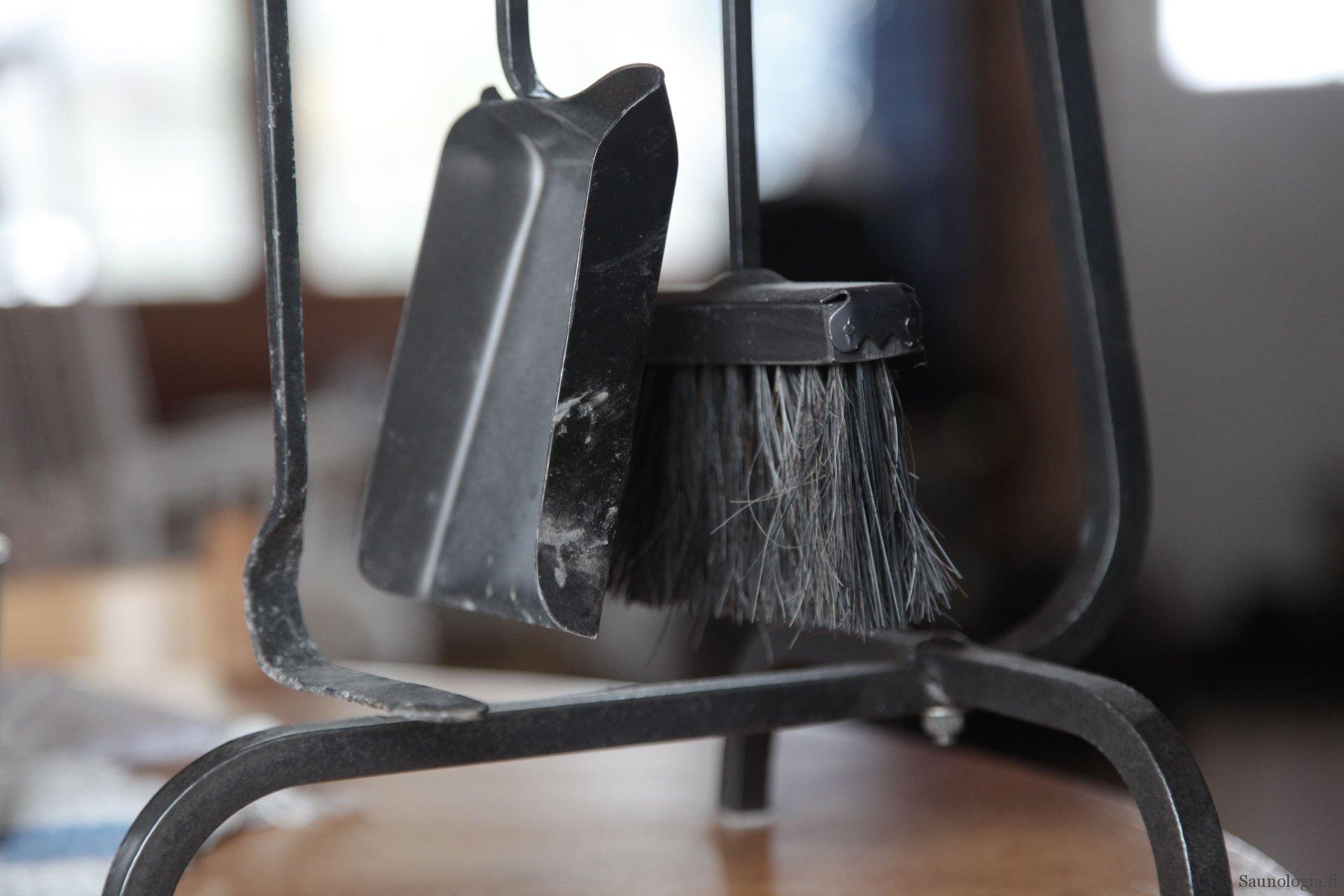 170404-tulisijan-siivousvalineet-8370