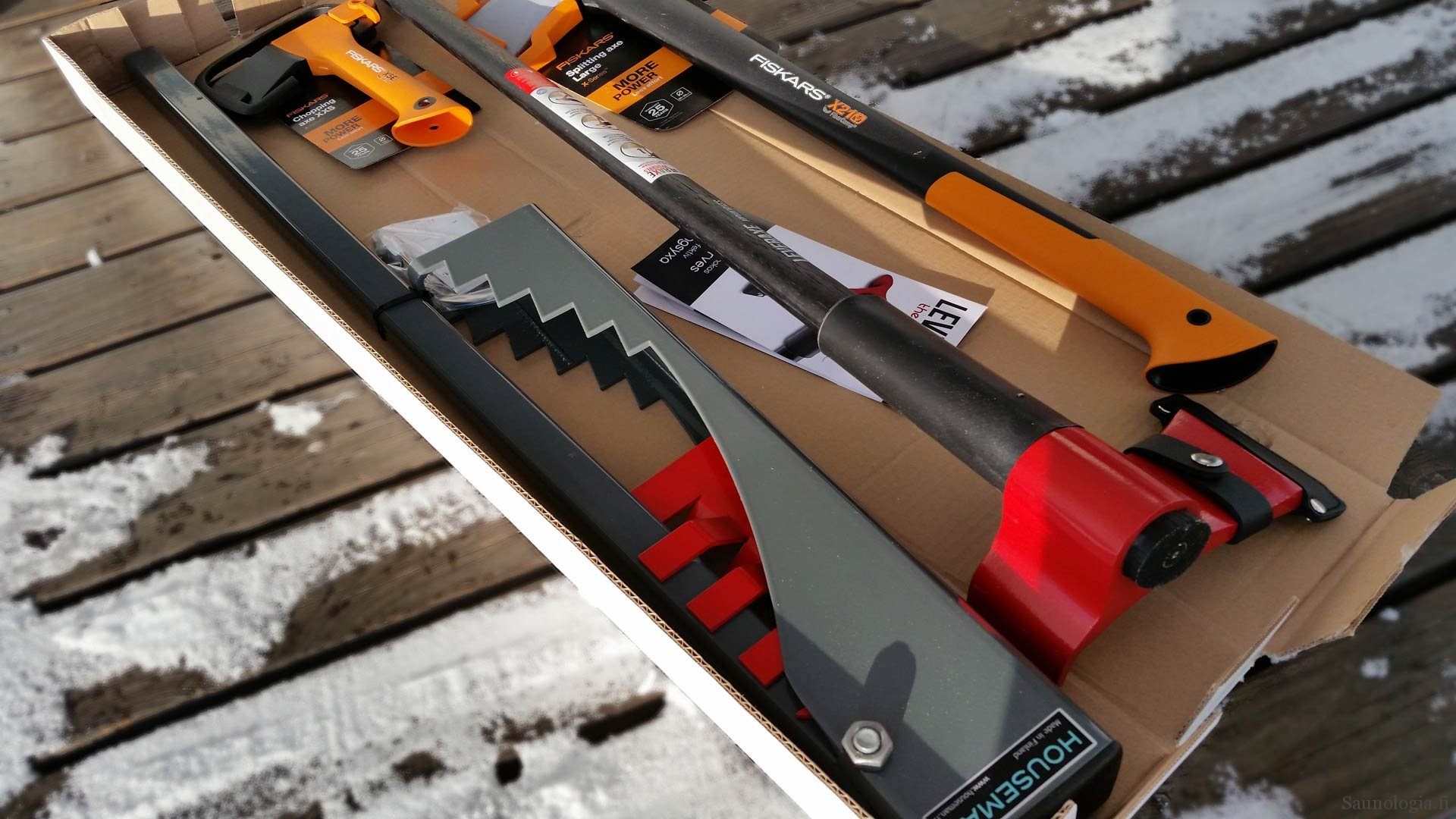 Testi: saunaklapien teko moderneilla työkaluilla – halkomakirves, vipukirves ja linkkukirves