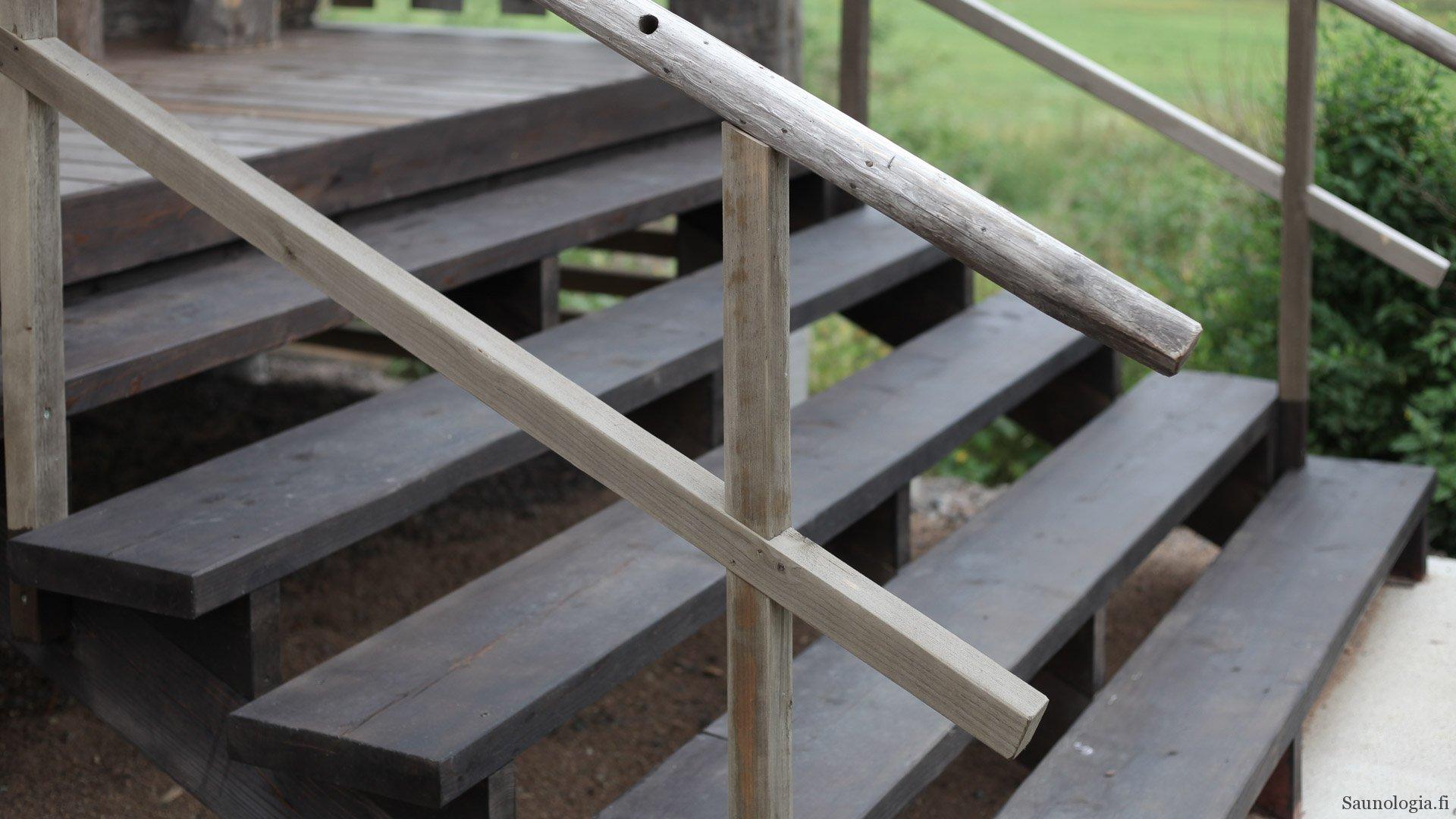 Saunan rappusten rakentaminen ja raakalaudan käsittely terassipuuksi