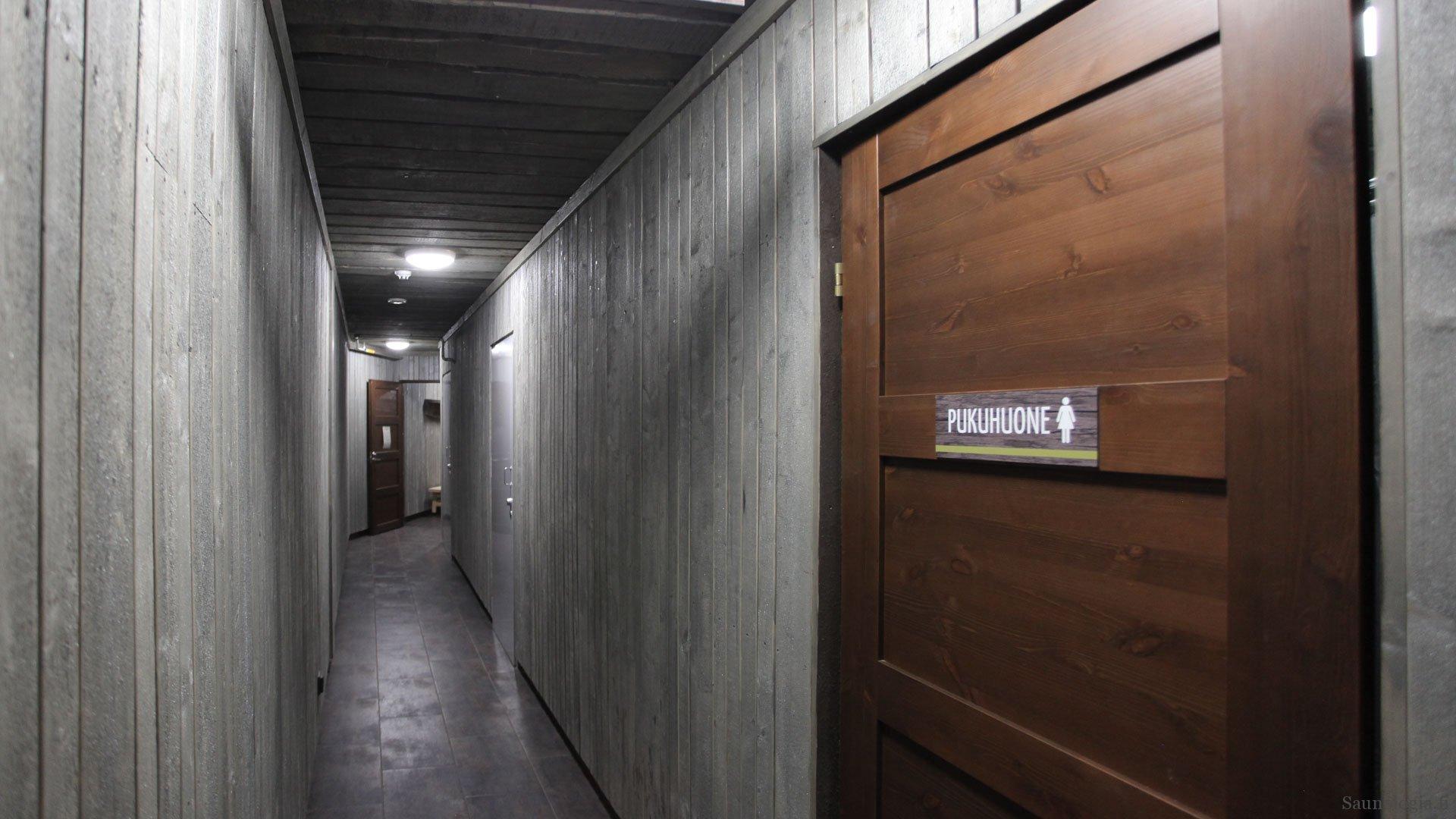 170831-tykkimaen-sauna-kaytava-pukuhuoneet