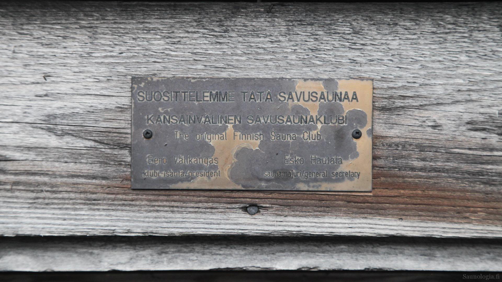 Kansainväinen savusauna klubin suosituslaatta vuosien takaa on edelleen oven karmissa