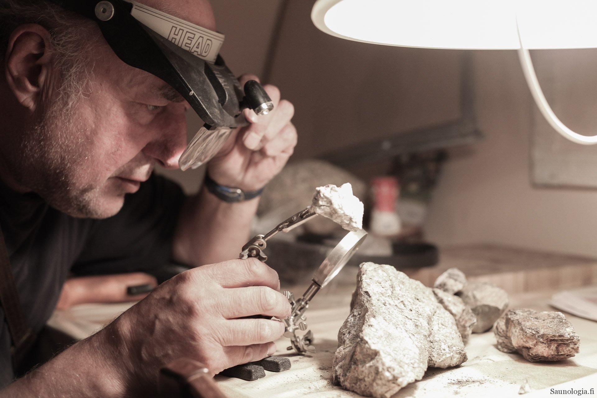 Teppo Hurme kivikeraamikko ja löylynmaistelija varoittaa kiuaskivistä
