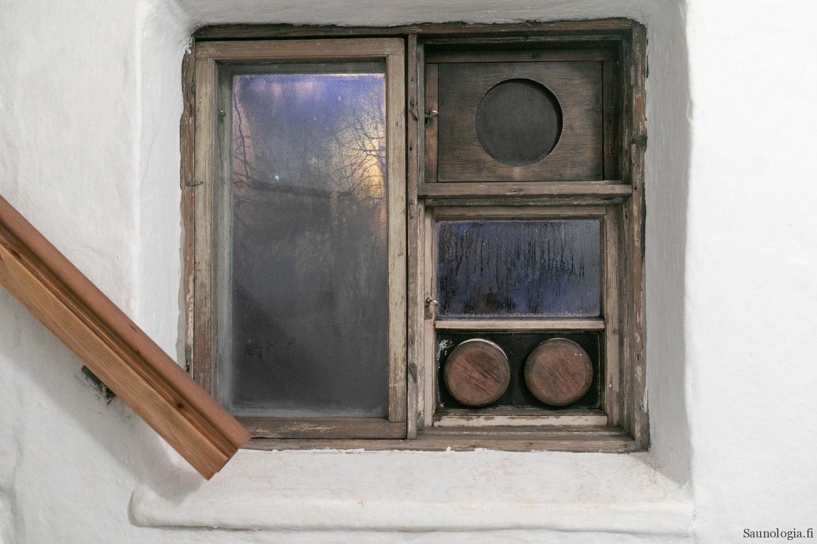Rajaportin saunan ikkuna